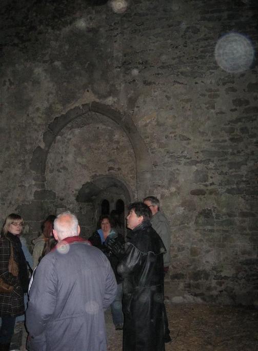 Fotografie jednoho paranormálního týmu. Snímek byl pořízen v Krvavé kapli a jsou na něm zřetelně vidět orby.